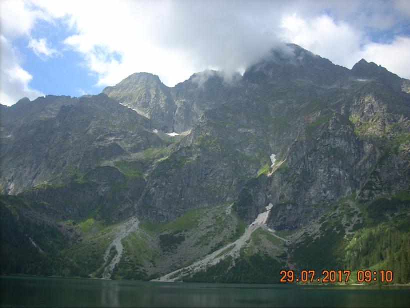 Widok z Morskiego Oka na masyw Mięguszowieckich Szczytów. Od lewej: Mięgusz Czarny, dalej Pośredni i majestatyczny Mięguszowiecki Szczyt Wielki.